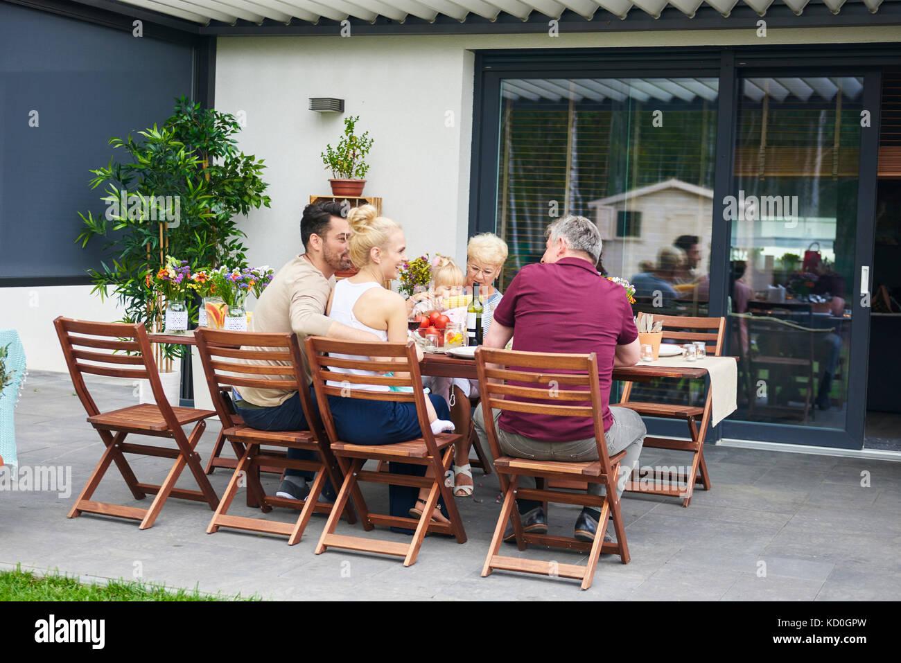 Drei Generationen der Familie zu Mittag auf der Terrasse Tisch Stockbild