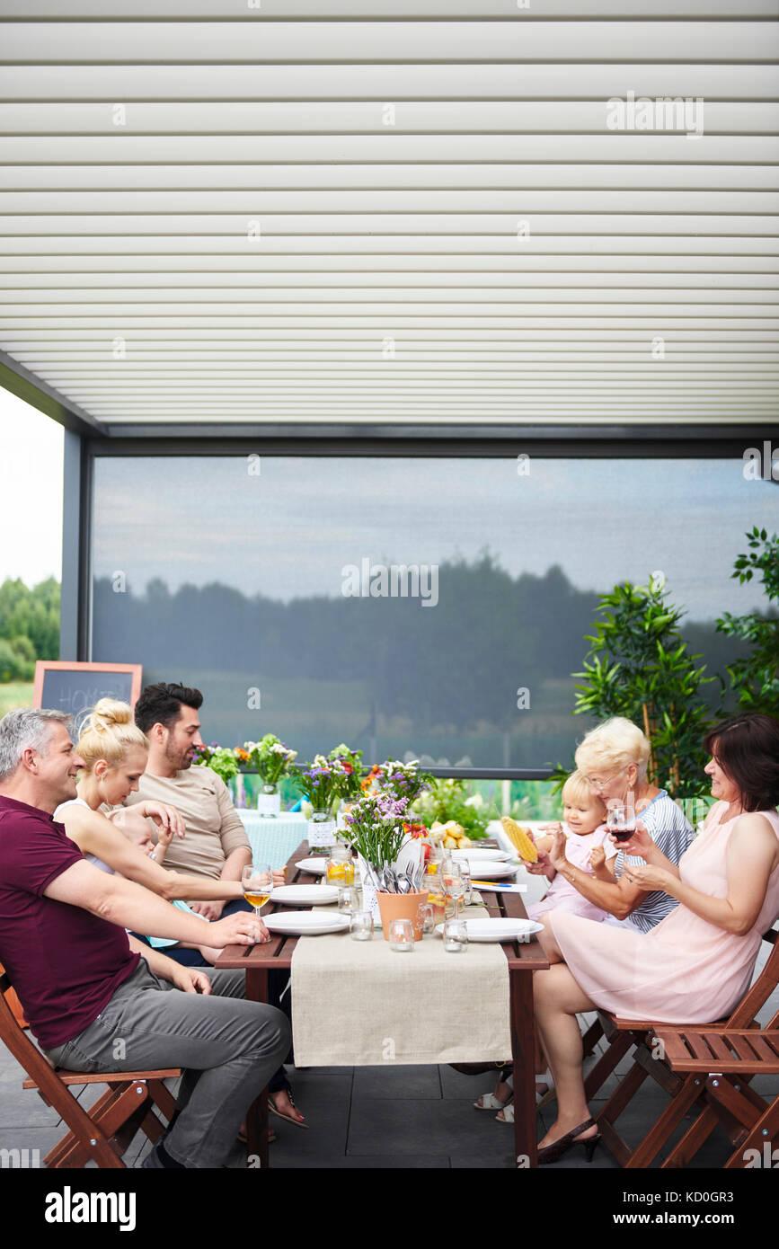 Drei Generationen der Familie in Familie Mittagessen auf der Terrasse Stockbild