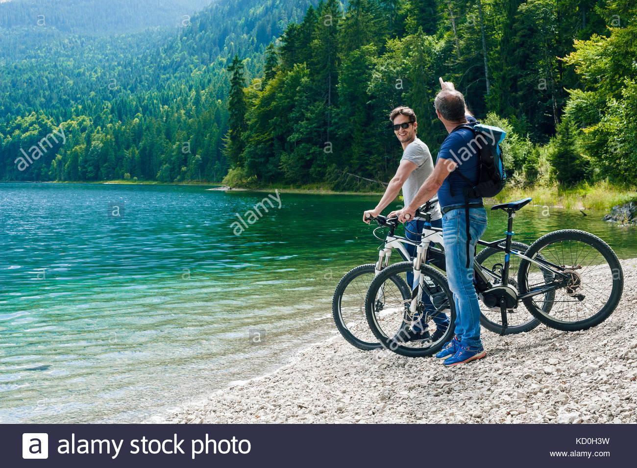 Vater und Sohn, stand neben der See mit Fahrräder, in Aussicht, elbsee, Bayern suchen, Deutschland Stockbild