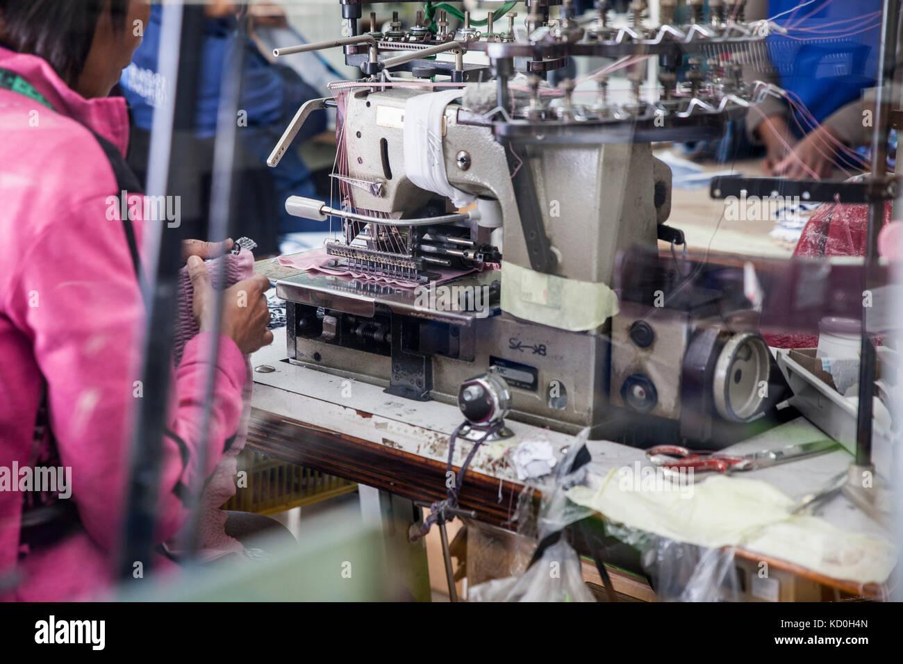 Näherin arbeiten an industriellen smocking Nähmaschine in der Factory, Kapstadt, Südafrika Stockbild