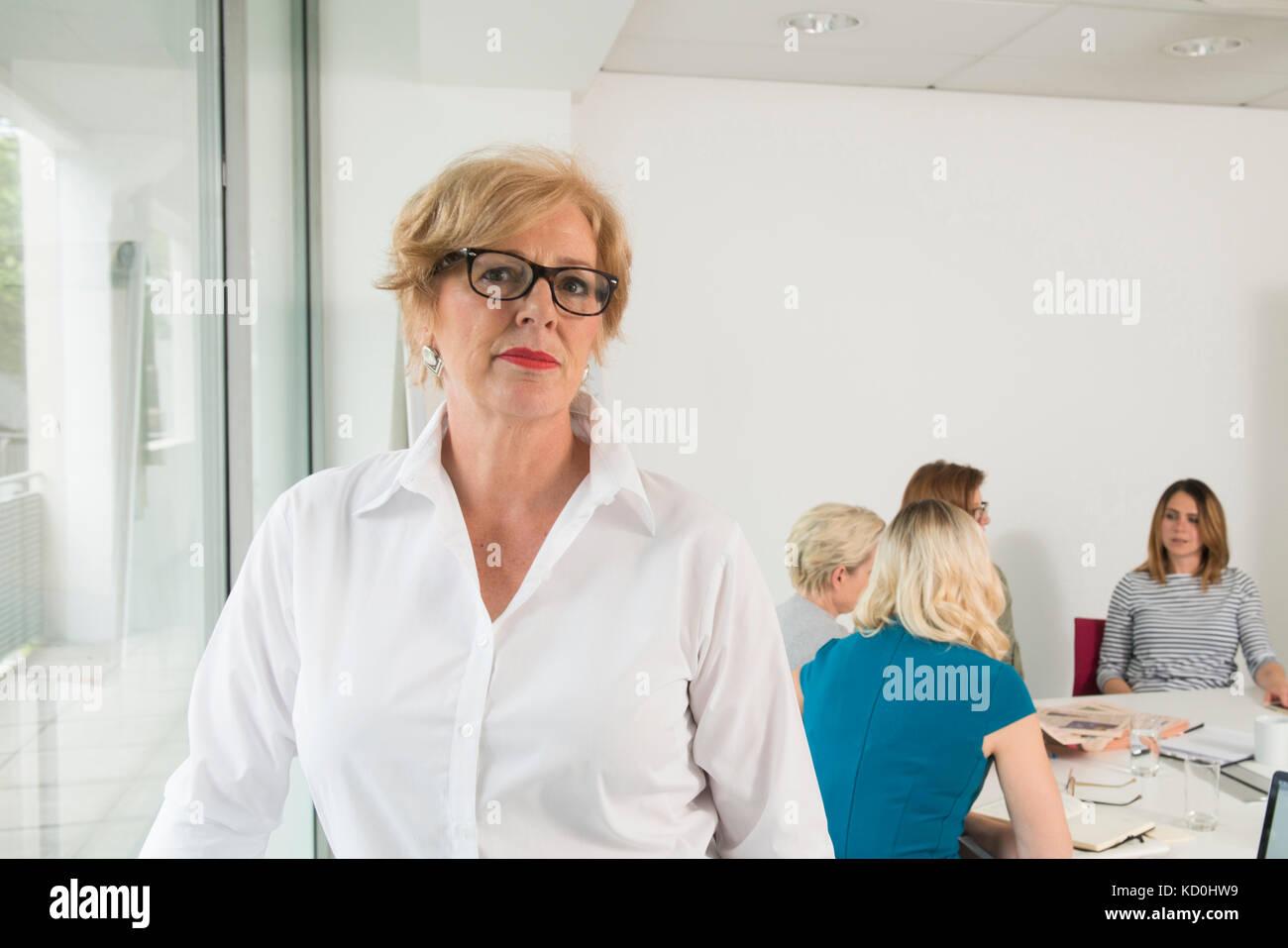 Geschäftsfrau, Kollegen treffen im Hintergrund Stockbild
