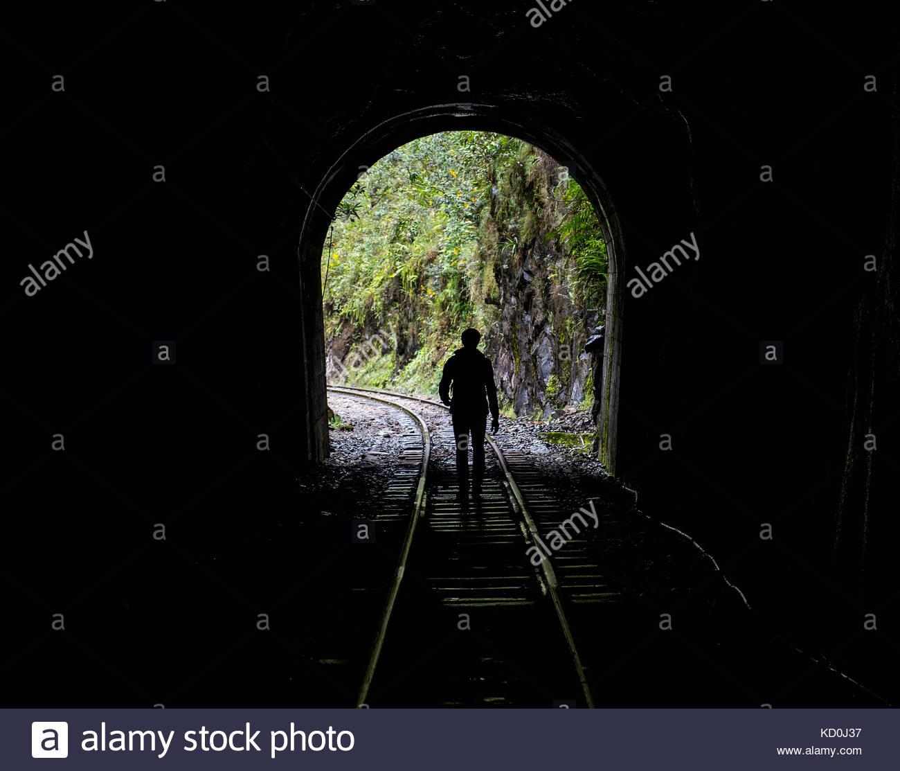 Wanderer auf Gleisen, die bis nach Aguas Calientes, dem Ausgangspunkt für Ausflüge nach Machu Picchu, Stockbild