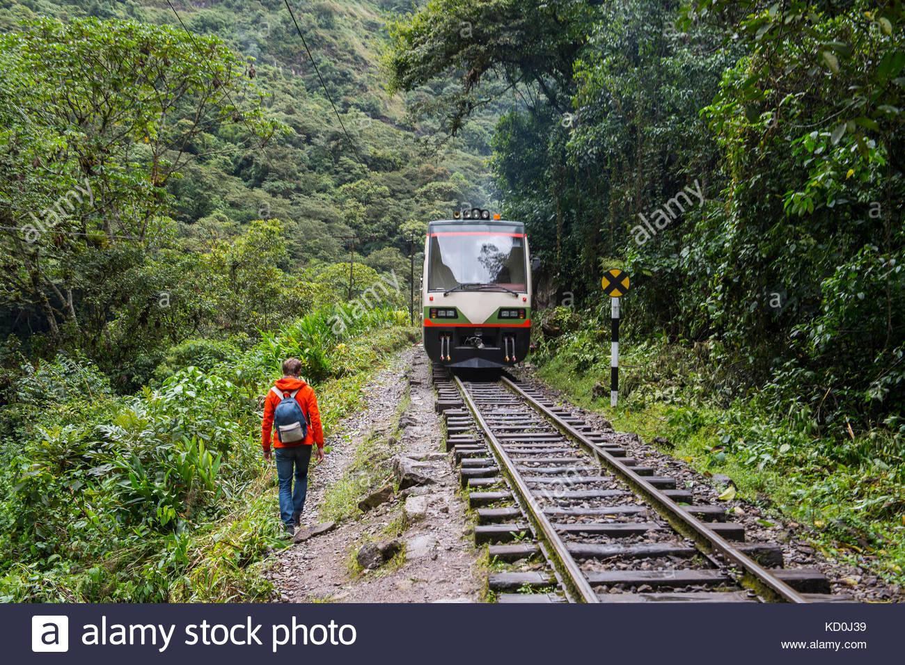 Männliche Wanderer wandern mit der Bahn Spuren, die bis nach Aguas Calientes, dem Ausgangspunkt für Ausflüge Stockbild