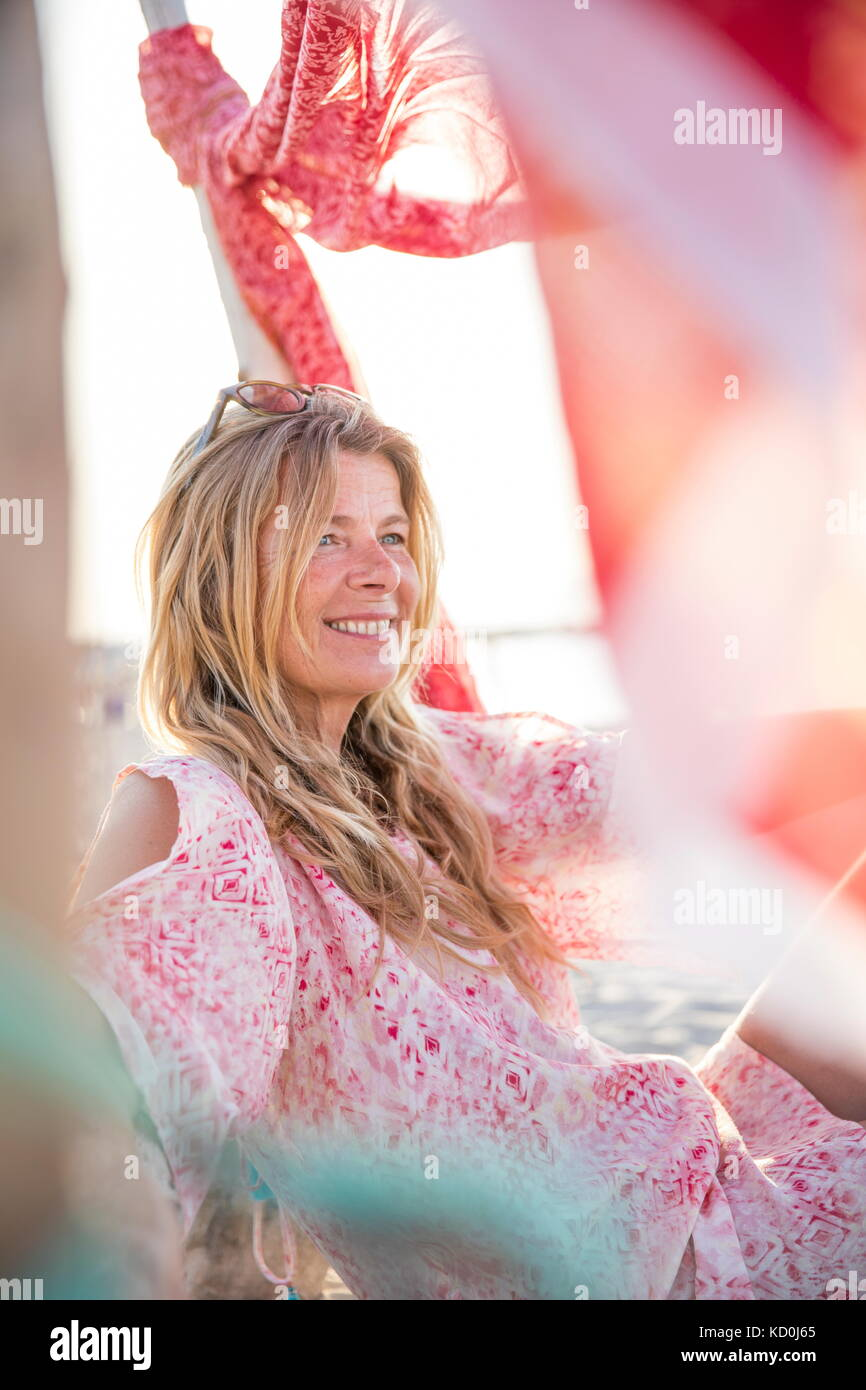 Portrait von Frau sitzt am Strand weg schauen lächelnd, Palma de Mallorca, Balearen, Spanien, Europa Stockbild