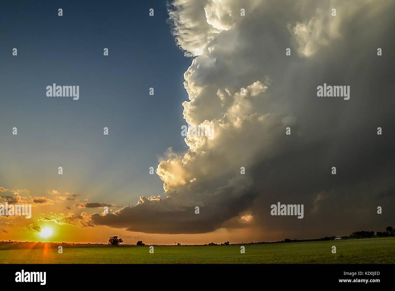 Geringer Niederschlag supercell würdevoll Spirale wie die Sonne am Horizont, Chickasha, Oklahoma, USA Stockbild