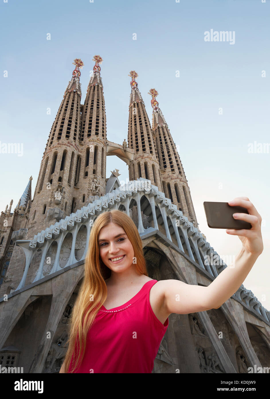 Frau unter selfie vor der Kathedrale Sagrada Familia, Barcelona, Katalonien, Spanien, Europa Stockbild