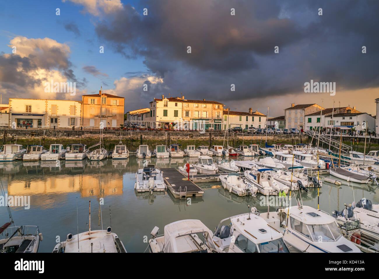 Hafen von La Flotte, Sonnenuntergang, Restaurants, Ile de Re, Nouvelle - Aquitaine, Französisch westcoast, Stockbild
