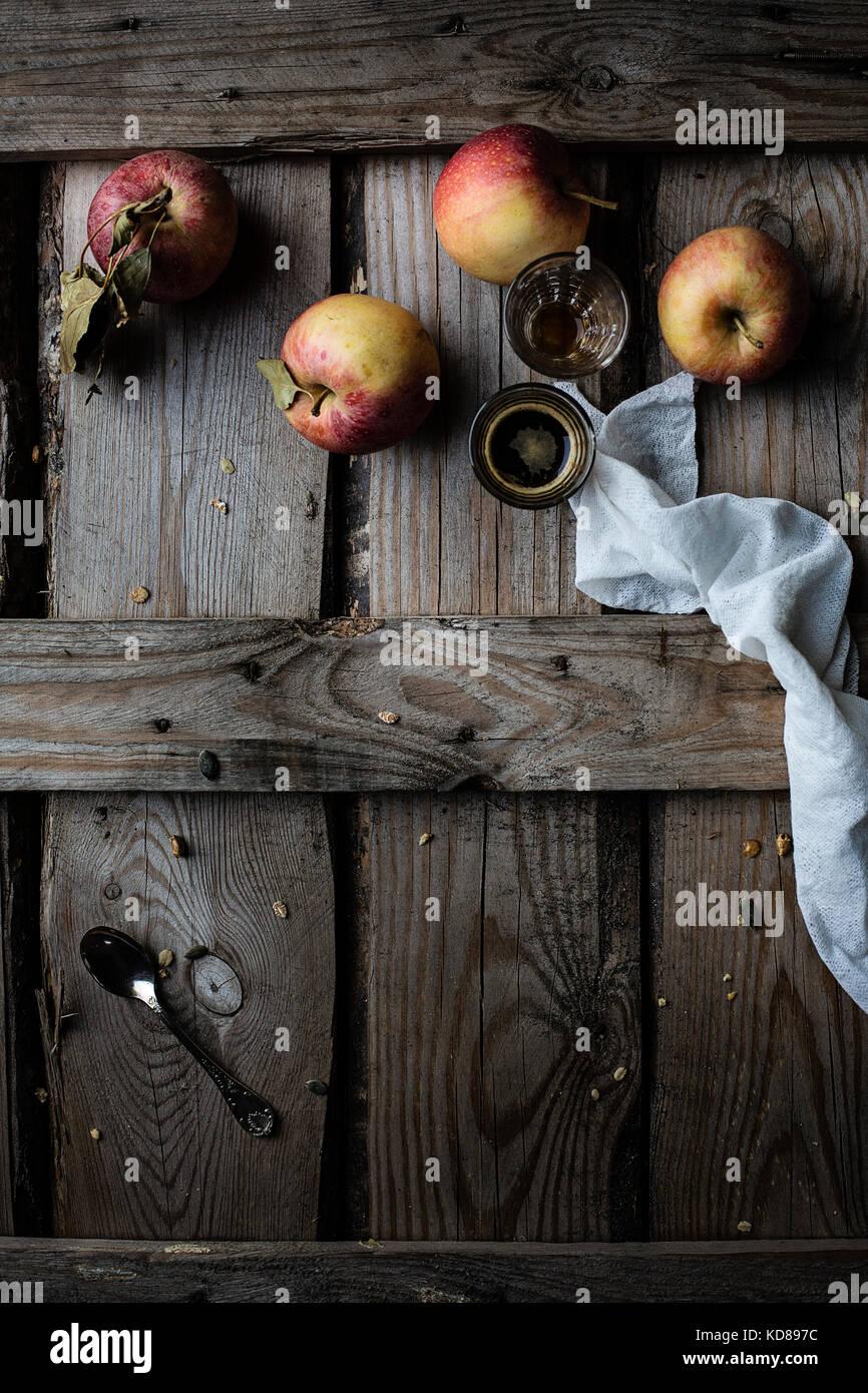 Äpfel und Kaffee auf rustikalen Holztisch Stockbild