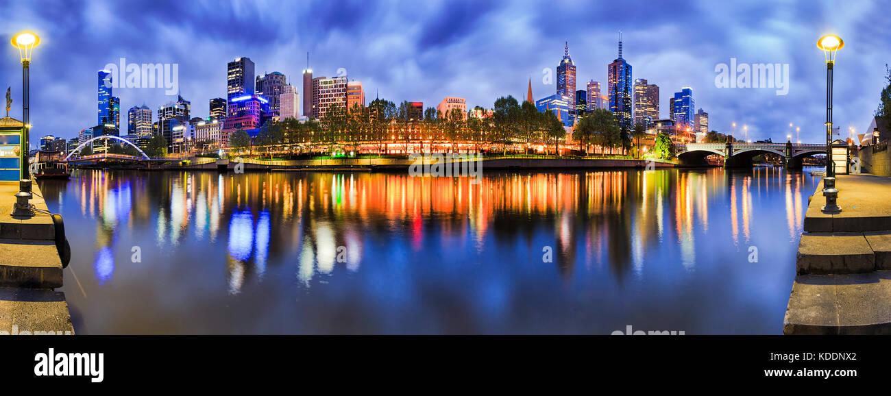 180 Grad Panorama auf die Stadt Melbourne CBD von South Yarra mit Reflexion der Helle morgen die Lichter der Stadt Stockbild