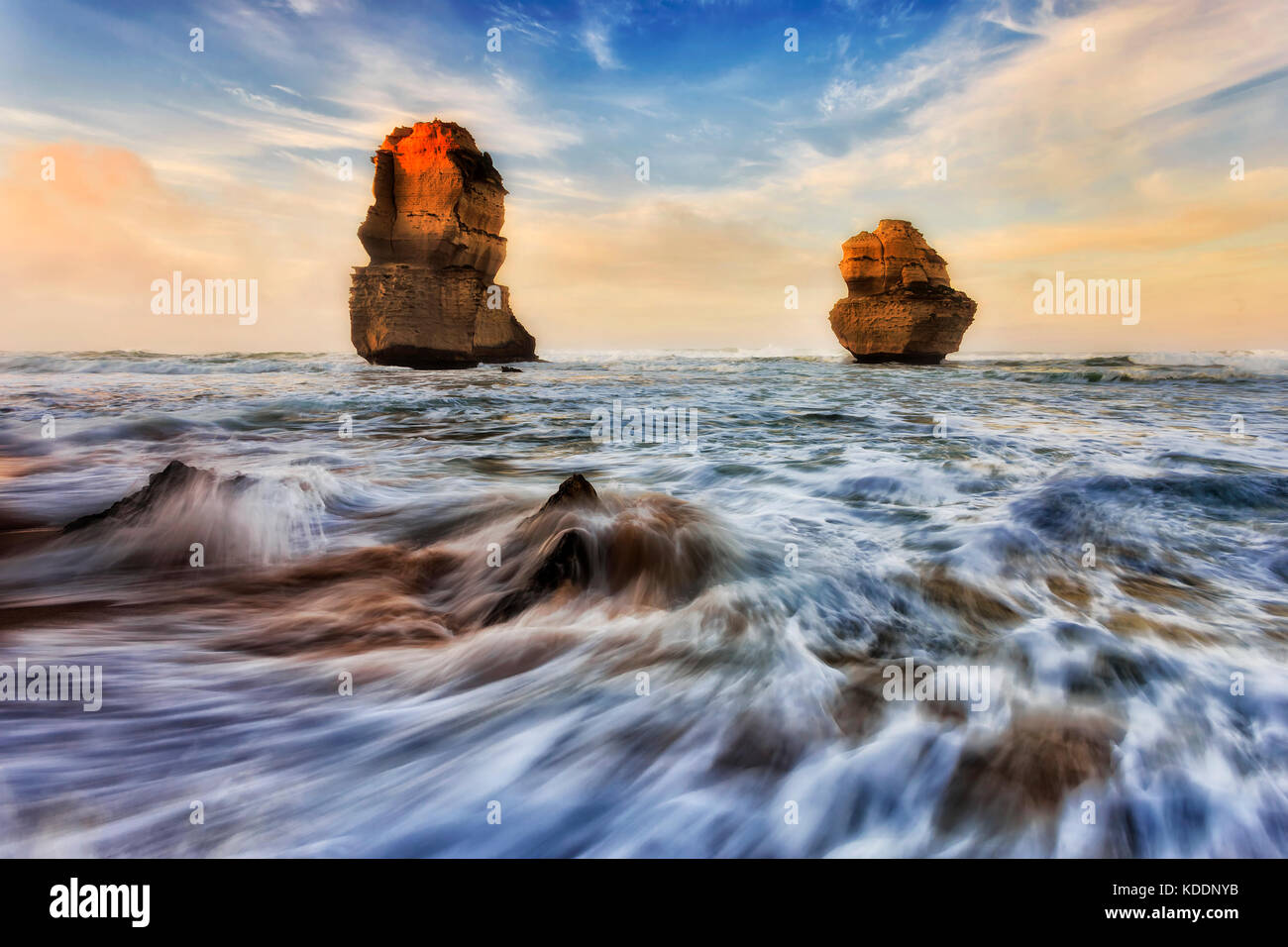 2 Kalkstein Apostel Gibson Schritte Strand in zwölf Apostel marine Park bei Sonnenaufgang Sonnenlicht. Stockbild