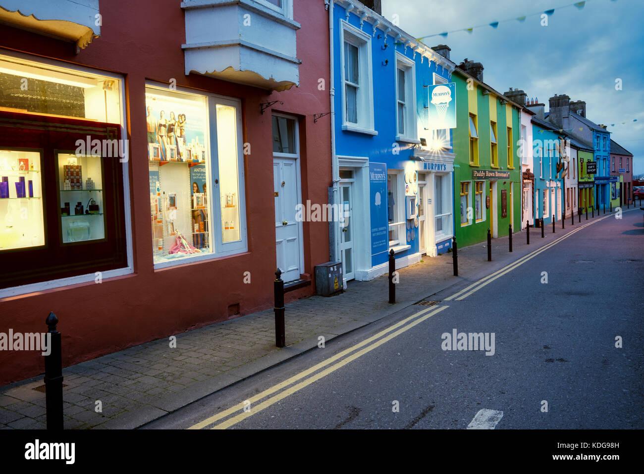 Bunte Store Fronten in Kenmare, County Kerry, Irland Stockbild