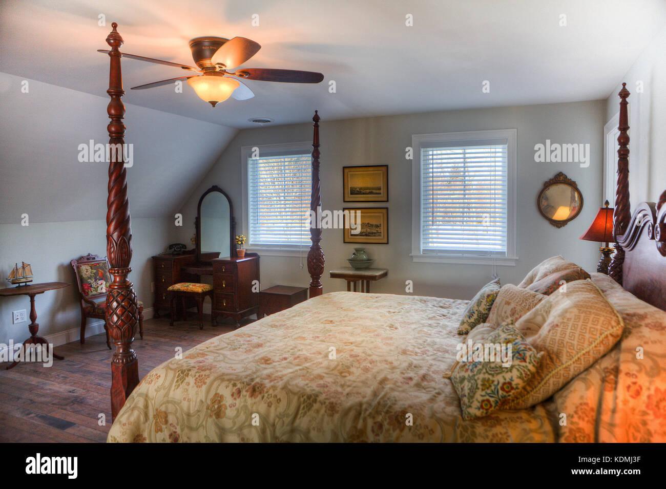Schlafzimmer mit Himmelbett, Nachttisch, Deckenventilator ...