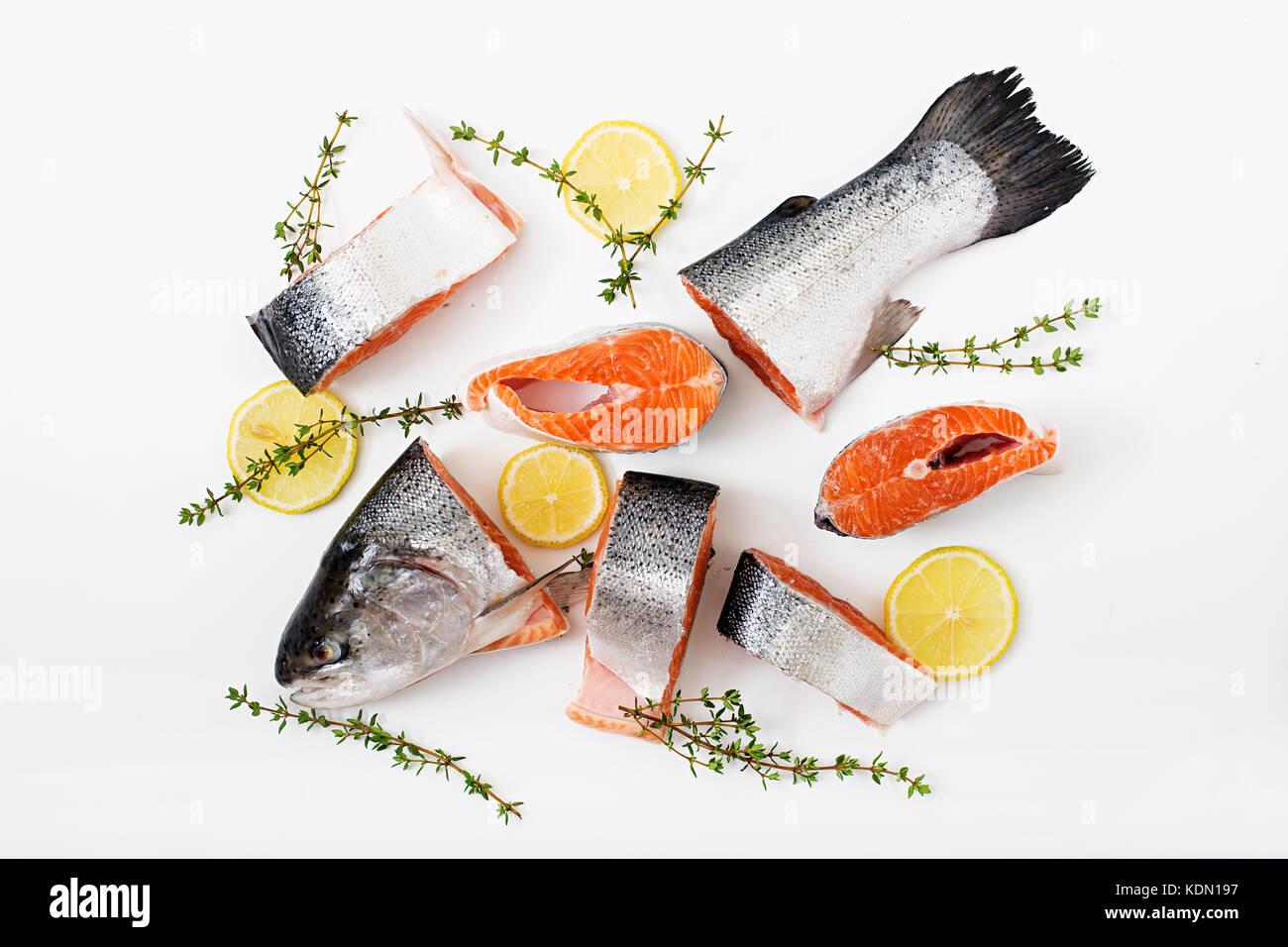 Frischen, rohen Lachs Stück rot Fisch auf einem weißen Hintergrund. Flach. top View Stockbild