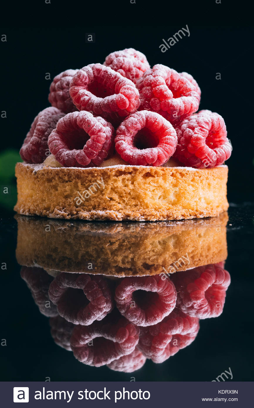 Himbeer Torte Dessert auf dunklem Hintergrund. Die traditionellen französischen süßes Gebäck. Stockbild