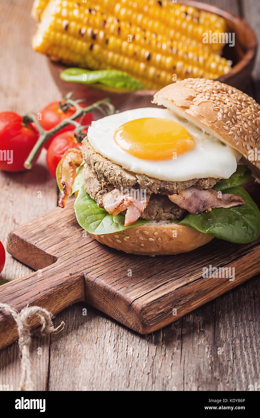 Homemmade Speck Hamburger mit Spiegelei Stockbild