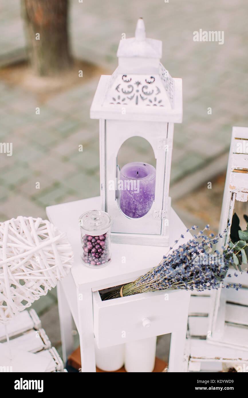 Die vintage Kerze stand Festlegung in der Nähe des trockenen Lavendel Bouquet. Hochzeit Konzept. Stockbild