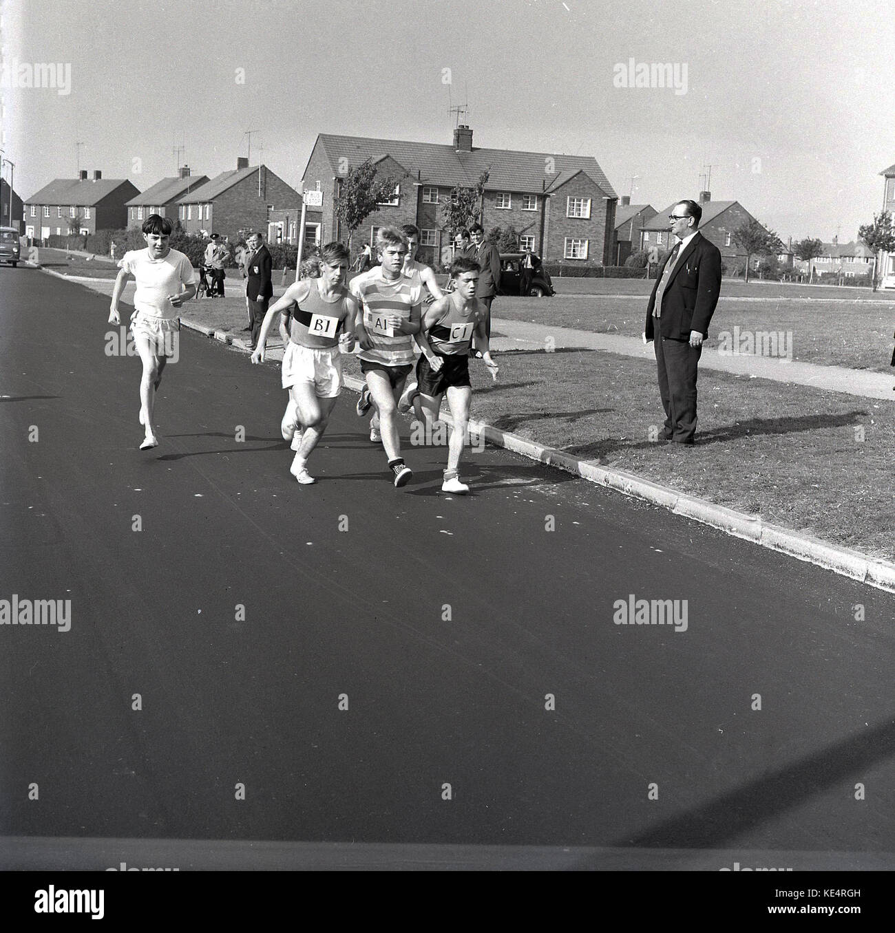 1964, historische, Gruppe von Jungs im Teenageralter tragen Hemden und T-Shirts und einfache pilmsolls auf ihren Stockbild