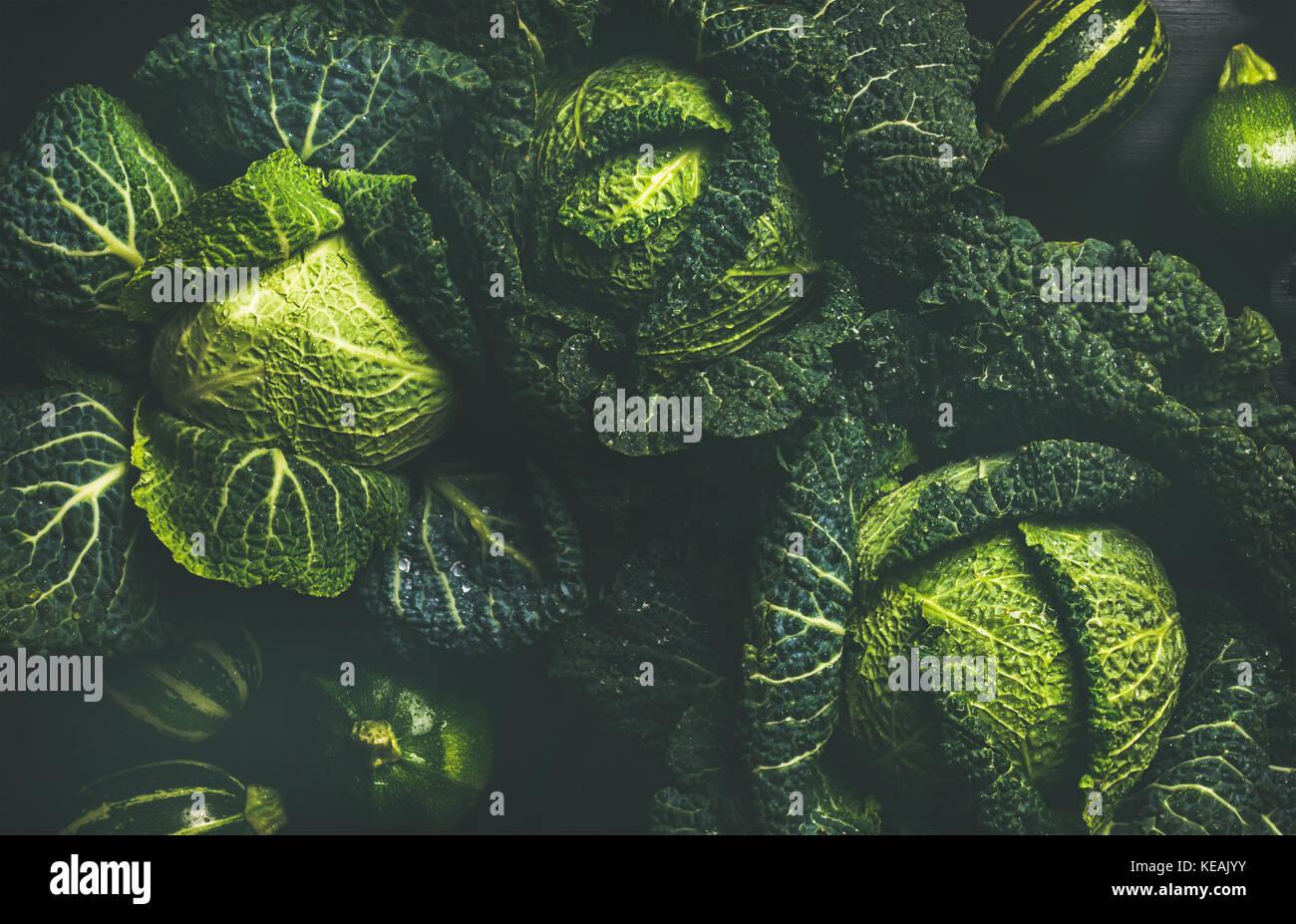 Rohe frische Grünkohl Textur und Hintergrund, Ansicht von oben Stockbild