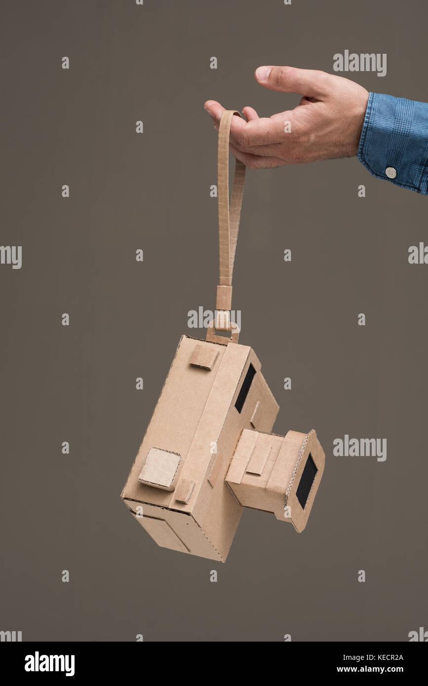 Fotograf mit einem handgefertigten umweltfreundlichen Karton Kamera, Handwerk und Kreativität Konzept Stockfoto