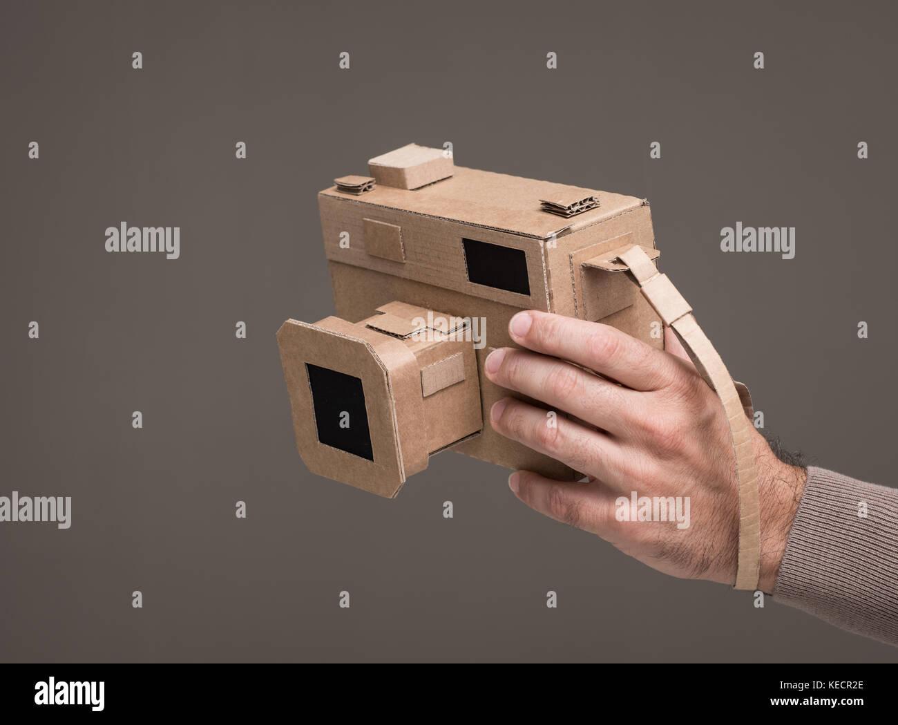 Fotograf mit einem handgefertigten Karton Kamera, Handwerk und Kreativität Konzept Stockfoto