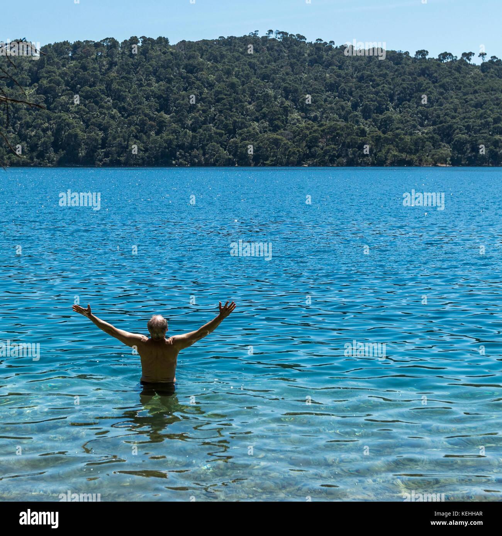 Kaukasische Mann im Wasser waten. Stockbild