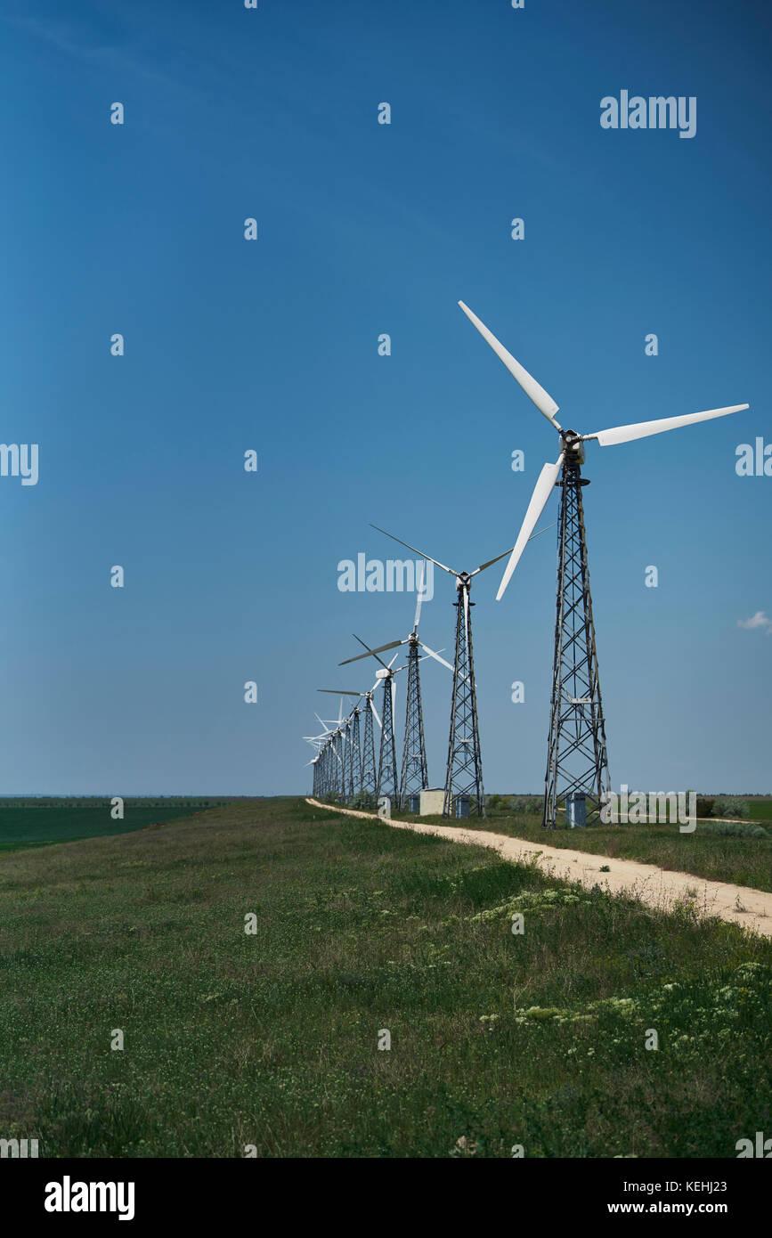 Reihe von Windenergieanlagen Stockbild
