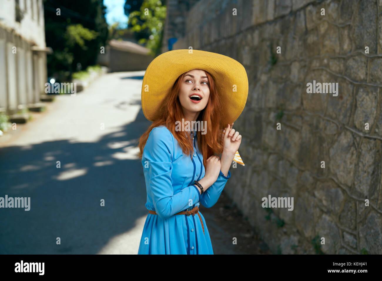 Kaukasische Frau mit Hut in der Nähe von Stone Wall überrascht Stockbild