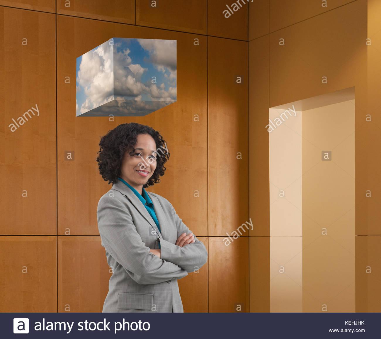 Cube des Cloud Computings in gemischten Rennen Geschäftsfrau Stockbild