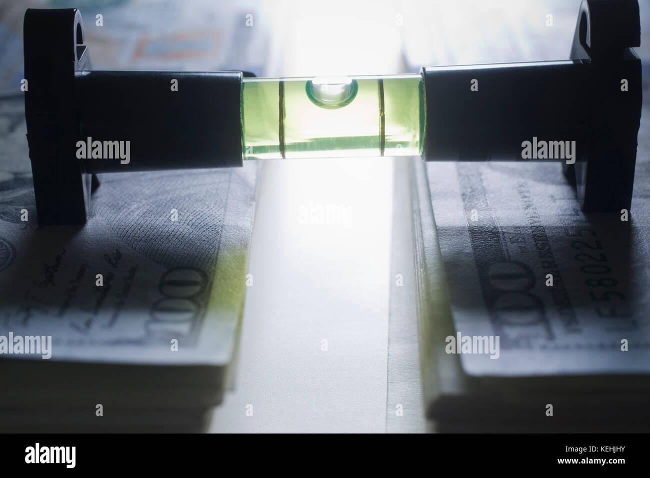 Ebene Stapel Geld Stockbild