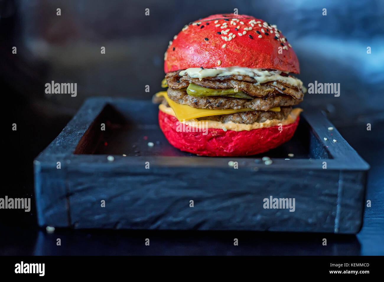 Hausgemachte Hamburger mit roten Bun Stockbild
