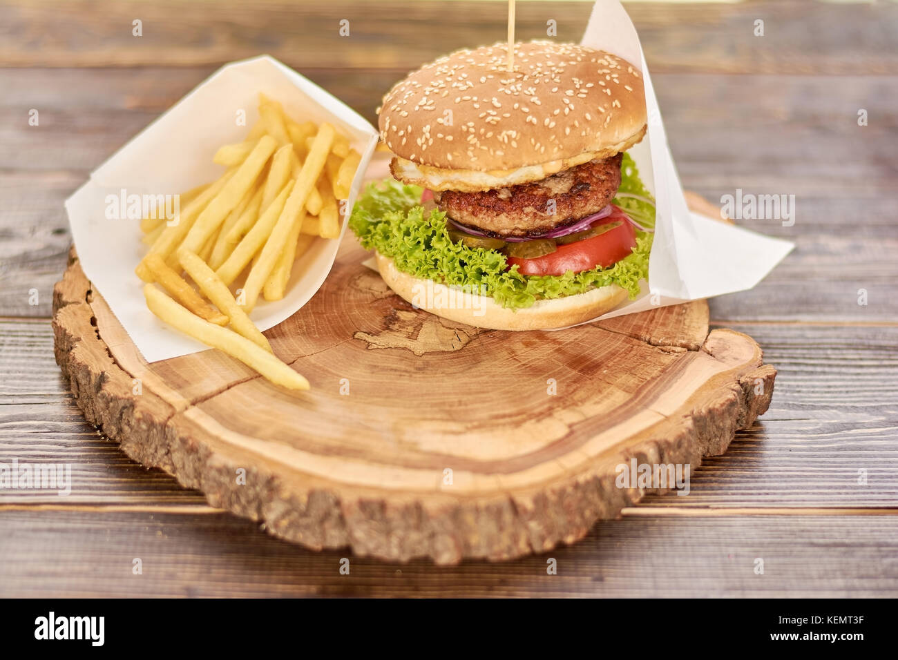 hamburger mit frischem gem se und fleisch burger mit rindfleisch tomaten kopfsalat. Black Bedroom Furniture Sets. Home Design Ideas