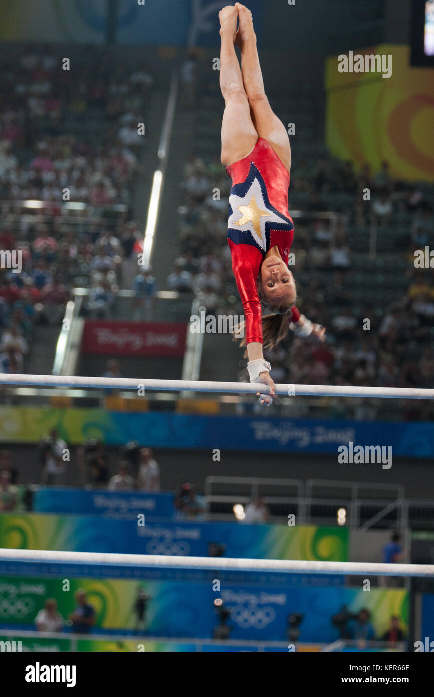 Nastia Liukin (USA) am Stufenbarren in der Frauen Qualifikation bei den Olympischen Sommerspiele in Peking, China Stockbild