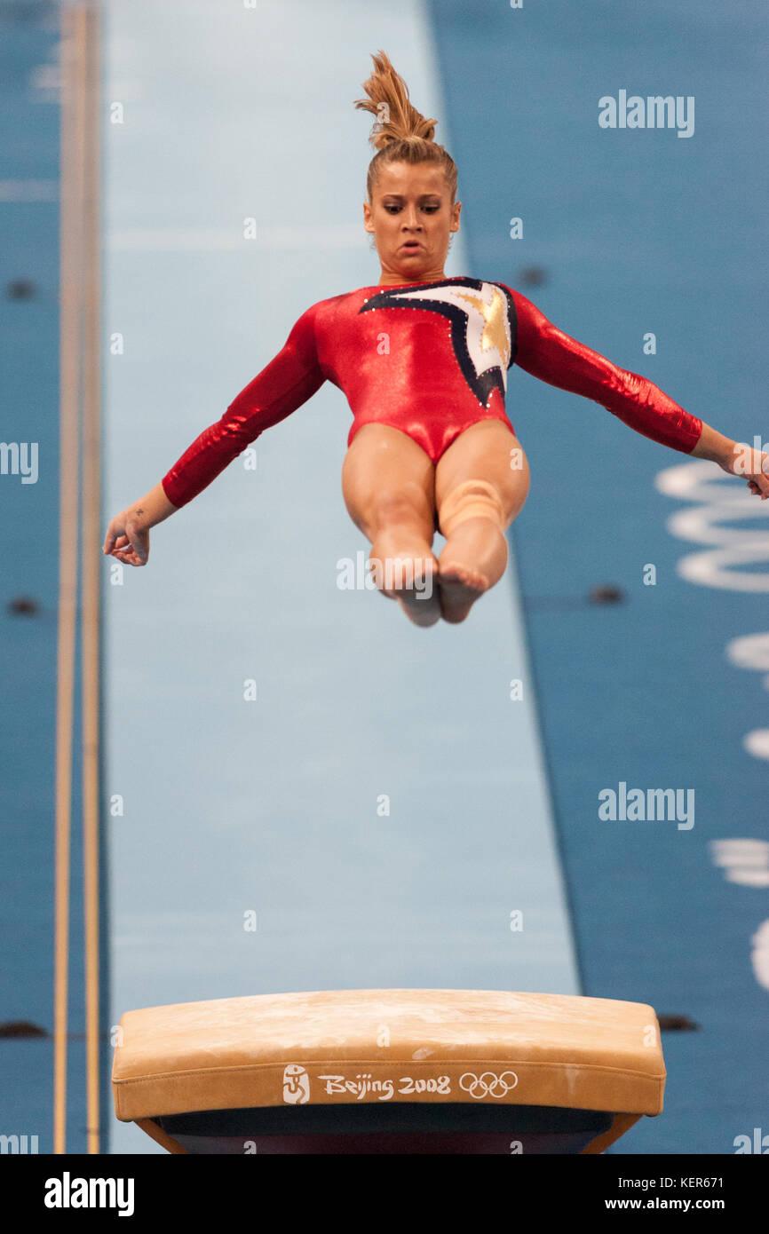 Alicia Sacramone (USA) auf dem Gewölbe der Frauen Qualifikation bei den Olympischen Sommerspiele in Peking, Stockbild