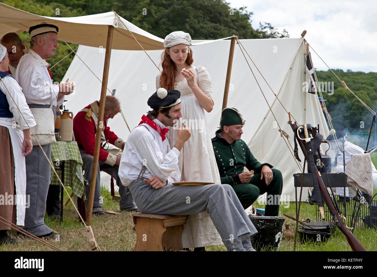 Männer und Frauen in historischen Kostümen, die an einer Geschichte Festival gekleidet. Stockbild