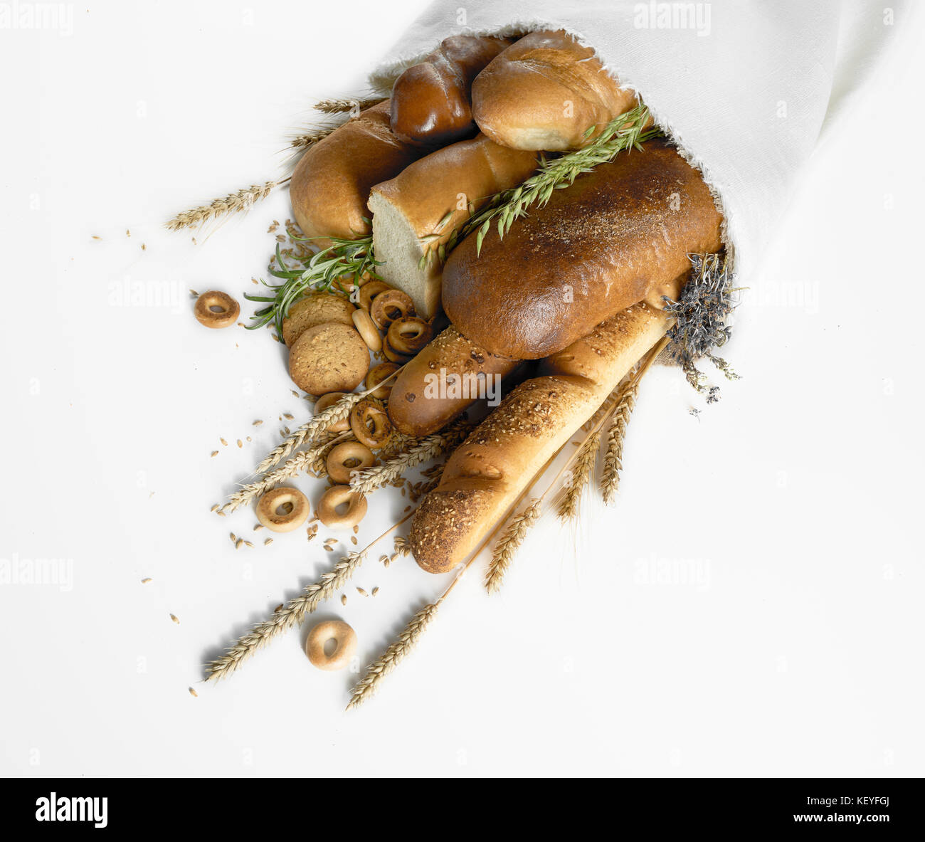 Auswahl an frischem Brot isoliert auf weißem Stockbild