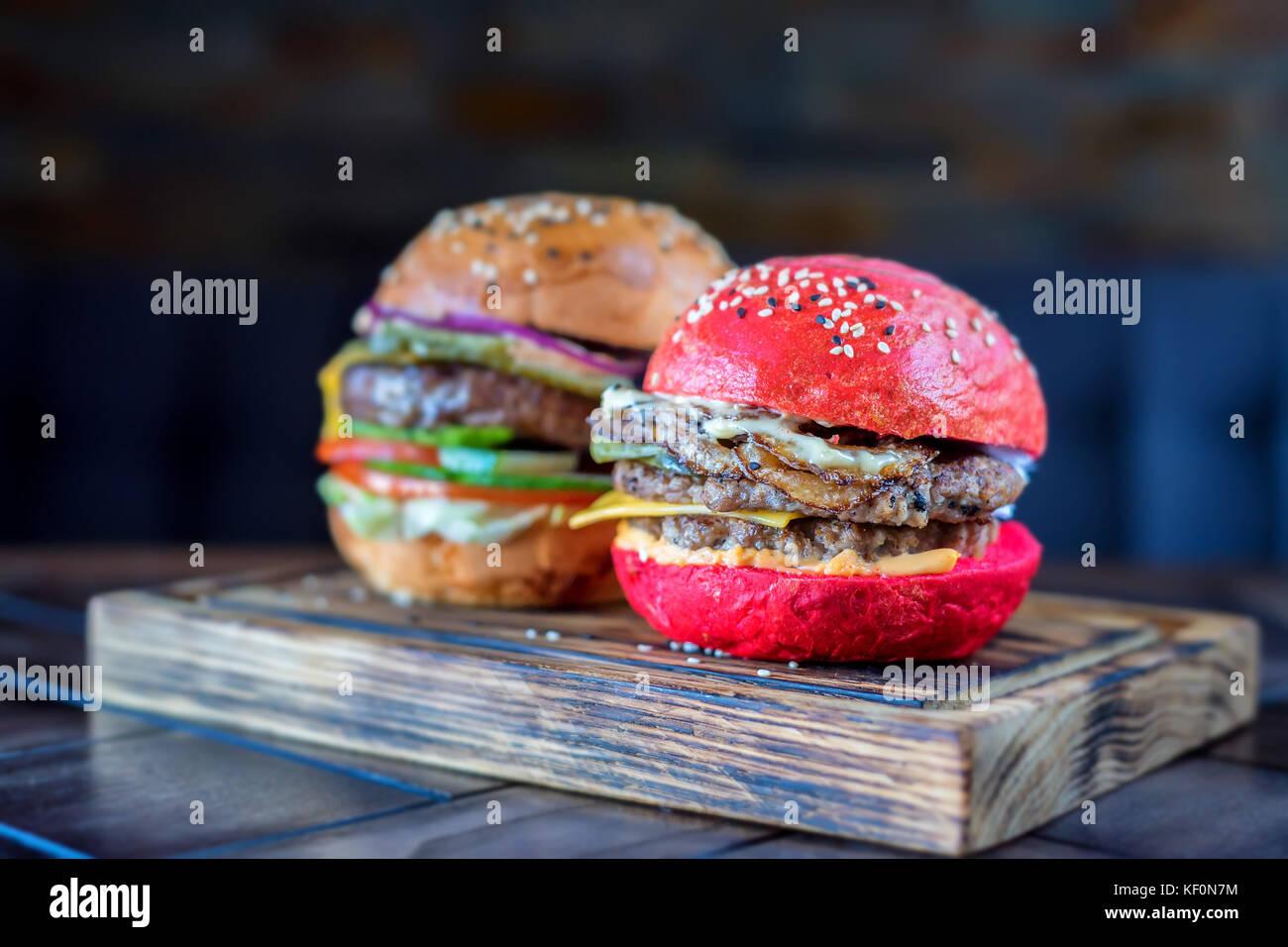 Zwei verschiedene Restaurant Burger auf Holzbrett Stockbild