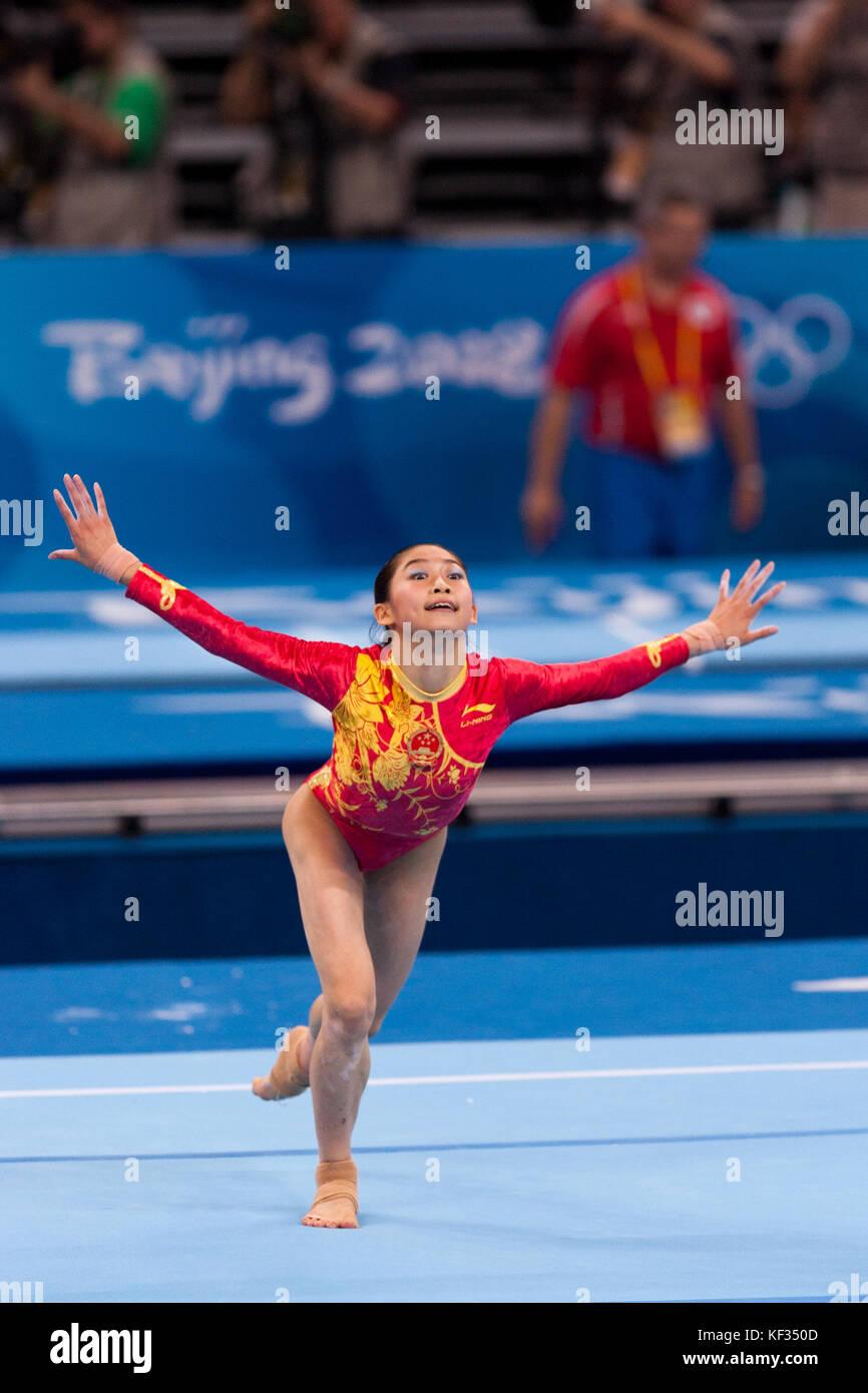 Yuyuan Jiang (CHN) auf dem Boden Übung in der Nationalmannschaft bei den Olympischen Sommerspielen 2008 in Stockbild