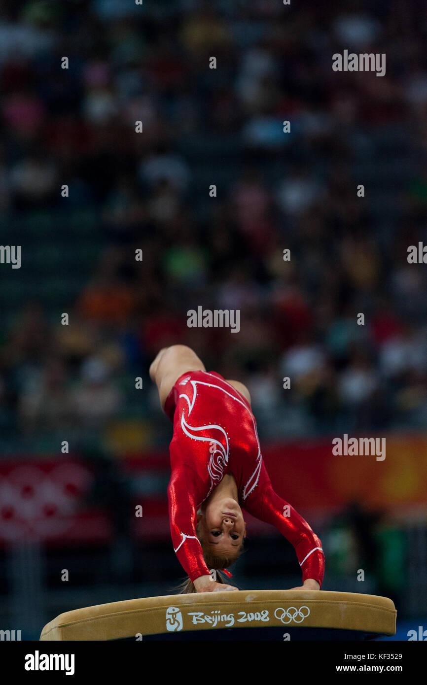 Shawn Johnson (USA) auf dem Gewölbe der Frauen Team bei den Olympischen Sommerspielen 2008 in Peking, China Stockbild