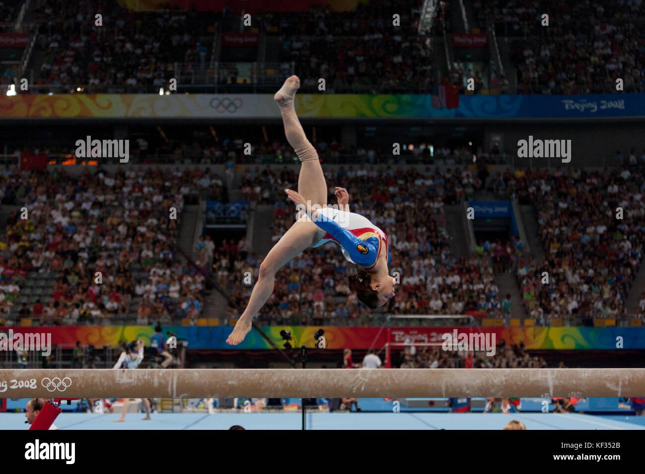 Steliana Nistor (ROU) auf dem Schwebebalken in der Nationalmannschaft bei den Olympischen Sommerspielen 2008 in Stockbild