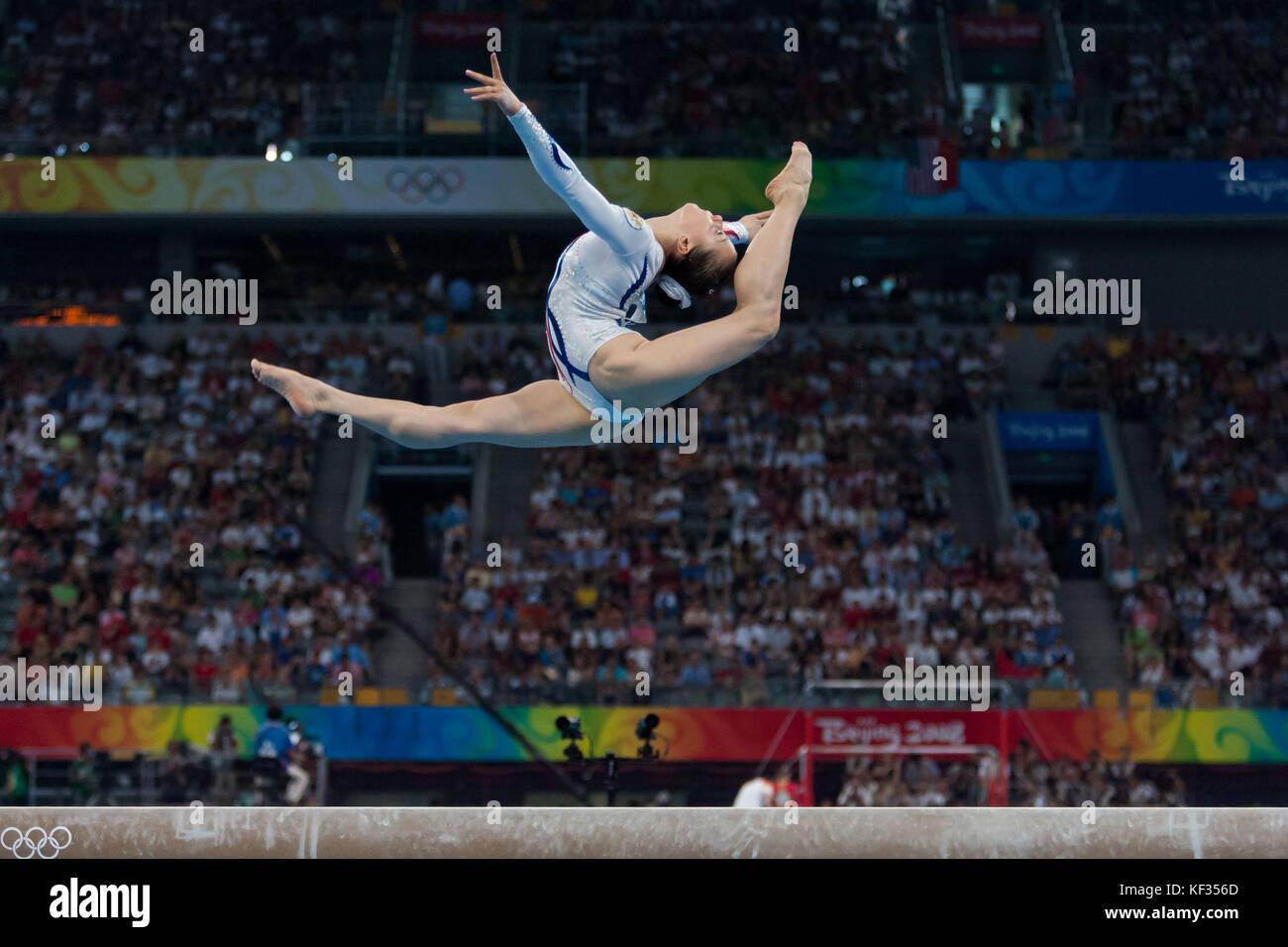 Anna Pavlova (rus) auf dem Schwebebalken in der Nationalmannschaft bei den Olympischen Sommerspielen 2008 in Peking, Stockbild