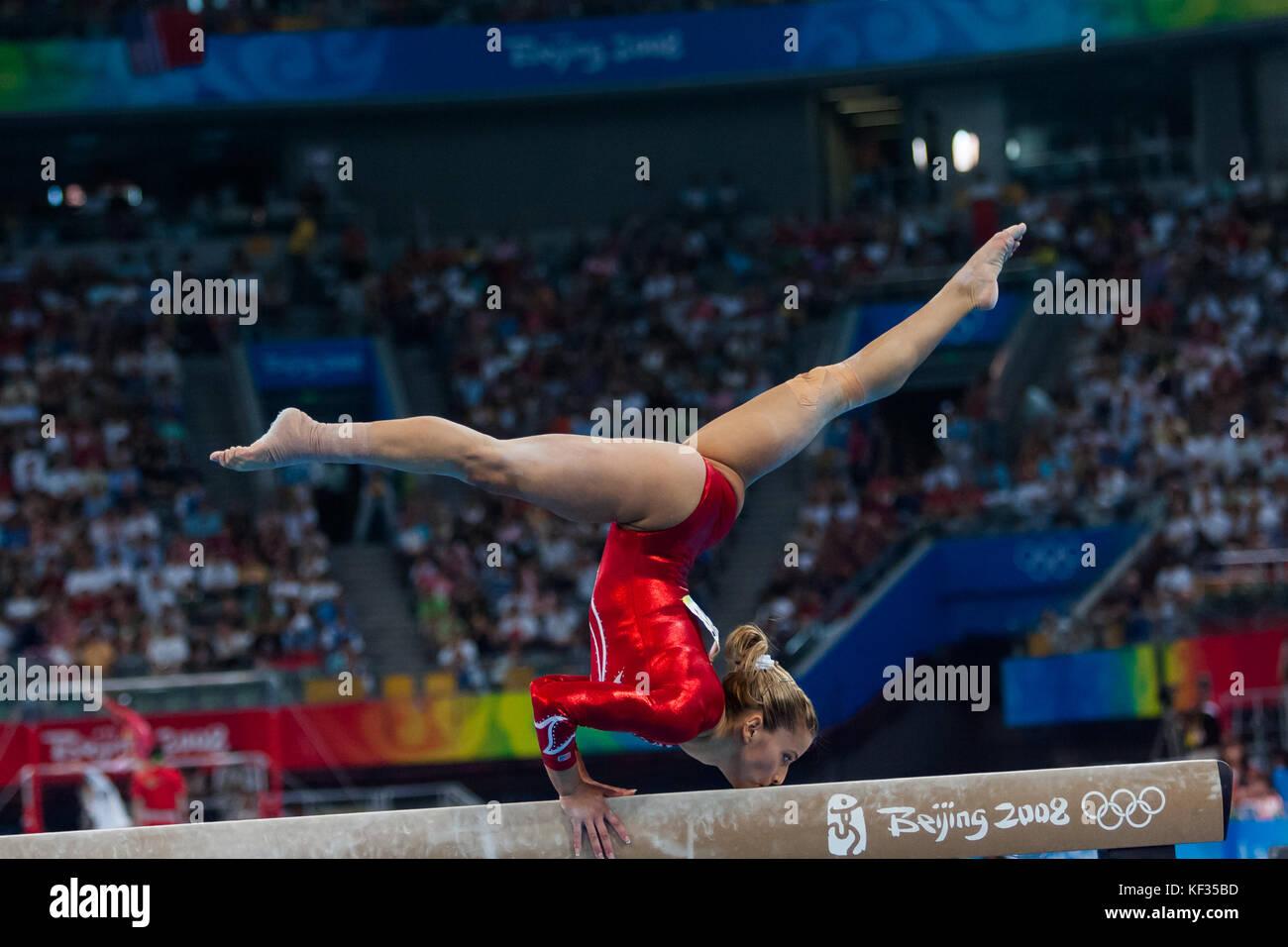 Alicia Sacramone (USA) auf dem Schwebebalken in der Nationalmannschaft bei den Olympischen Sommerspielen 2008 in Stockbild