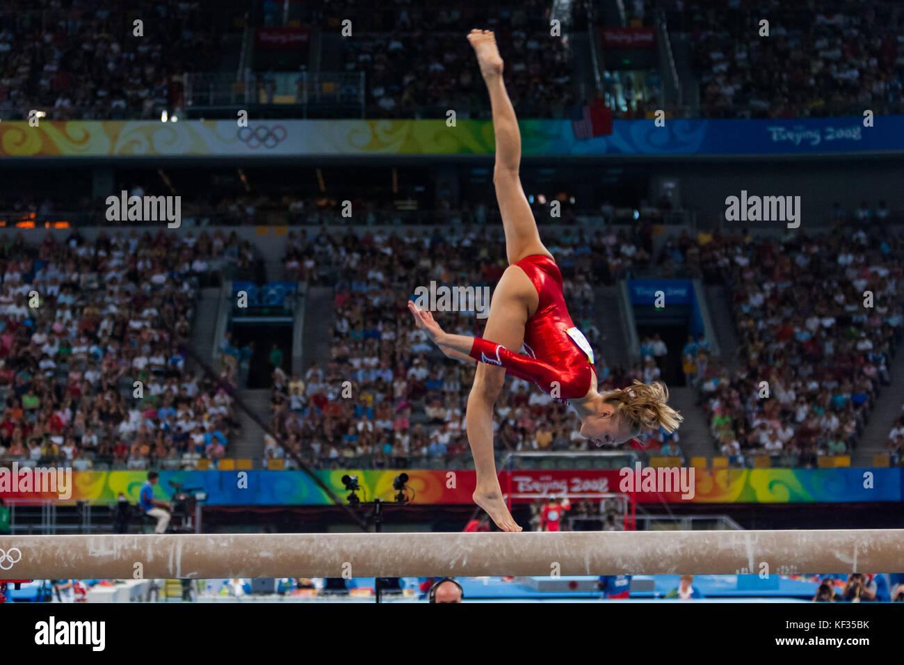 Nastia Liukin (USA) auf dem Schwebebalken in der Nationalmannschaft bei den Olympischen Sommerspielen 2008 in Peking, Stockbild