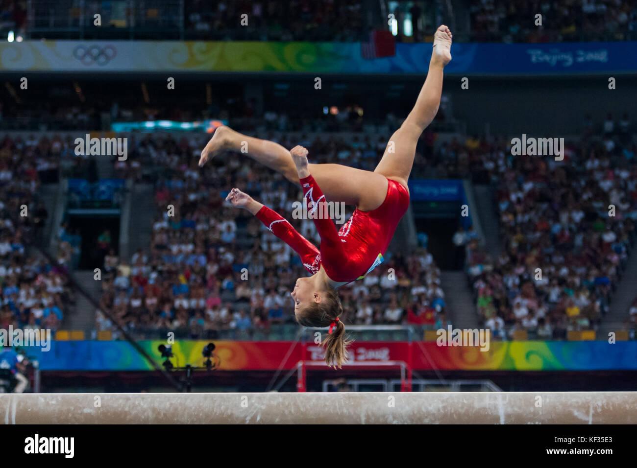 Shawn Johnson (USA) auf dem Schwebebalken in der Nationalmannschaft bei den Olympischen Sommerspielen 2008 in Peking, Stockbild