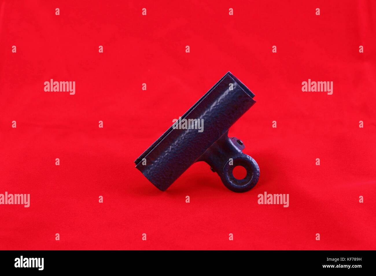 Retro Clip aus Metall auf einem roten Hintergrund im Querformat mit Kopie Raum Stockbild