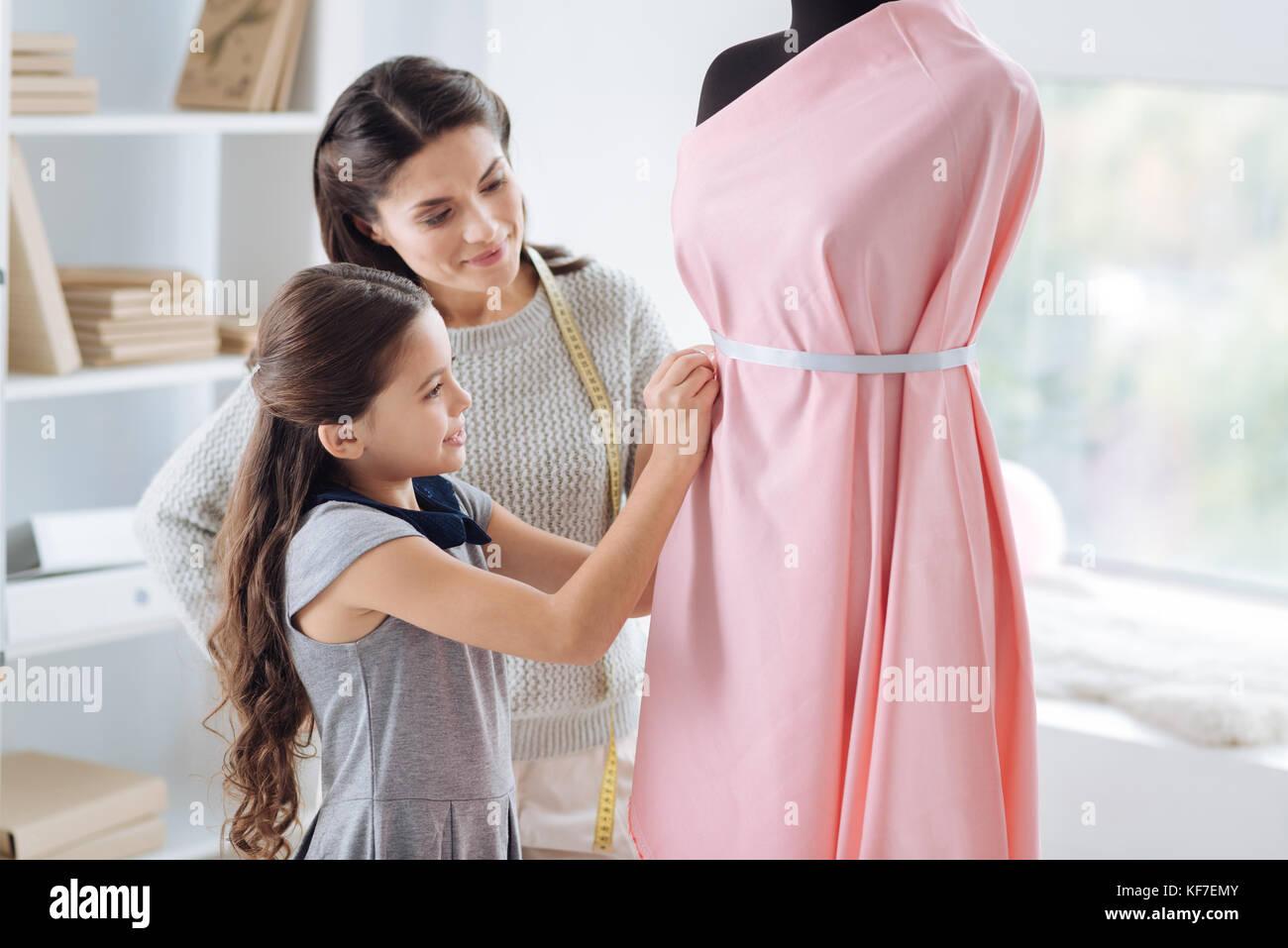 Positive niedliche Mädchen lernen Kleidung Design Stockbild