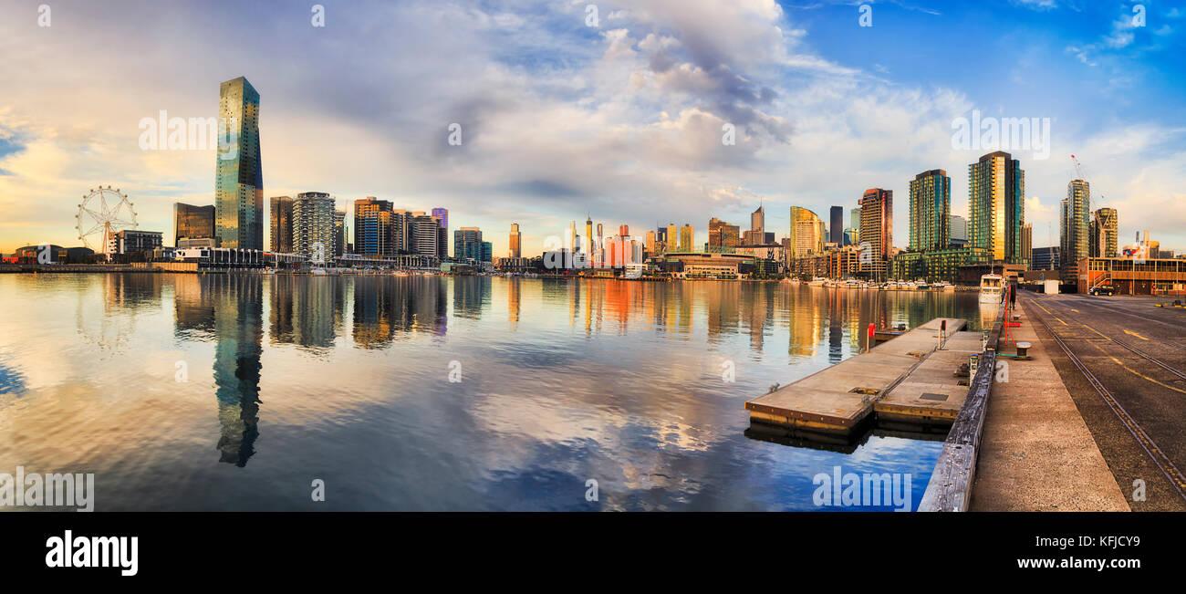 Neue Hochhäuser von Melbourne in docklands Vorort reflektieren, noch Wasser des Yarra River von amusement Rad Stockbild