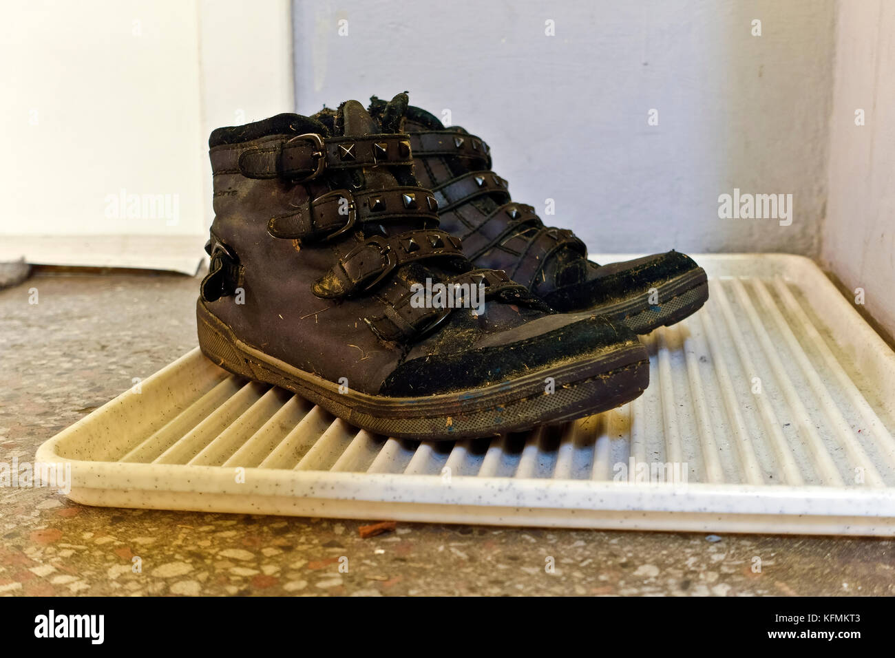dusty walking shoes stockfotos dusty walking shoes bilder alamy. Black Bedroom Furniture Sets. Home Design Ideas