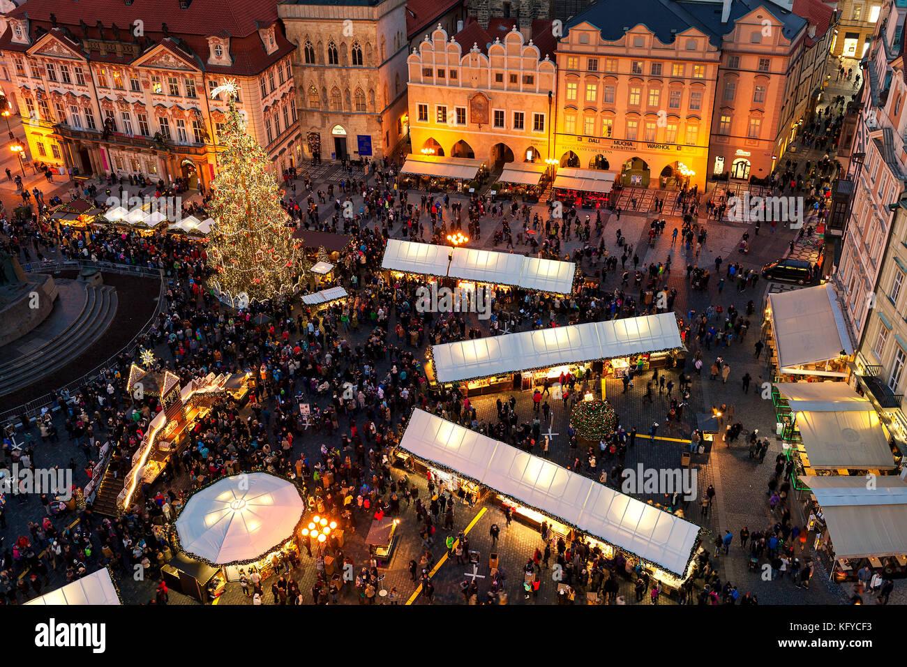 Prag, tschechische Republik - 11. Dezember 2016: Blick von oben auf den berühmten traditionellen Weihnachtsmarkt Stockbild