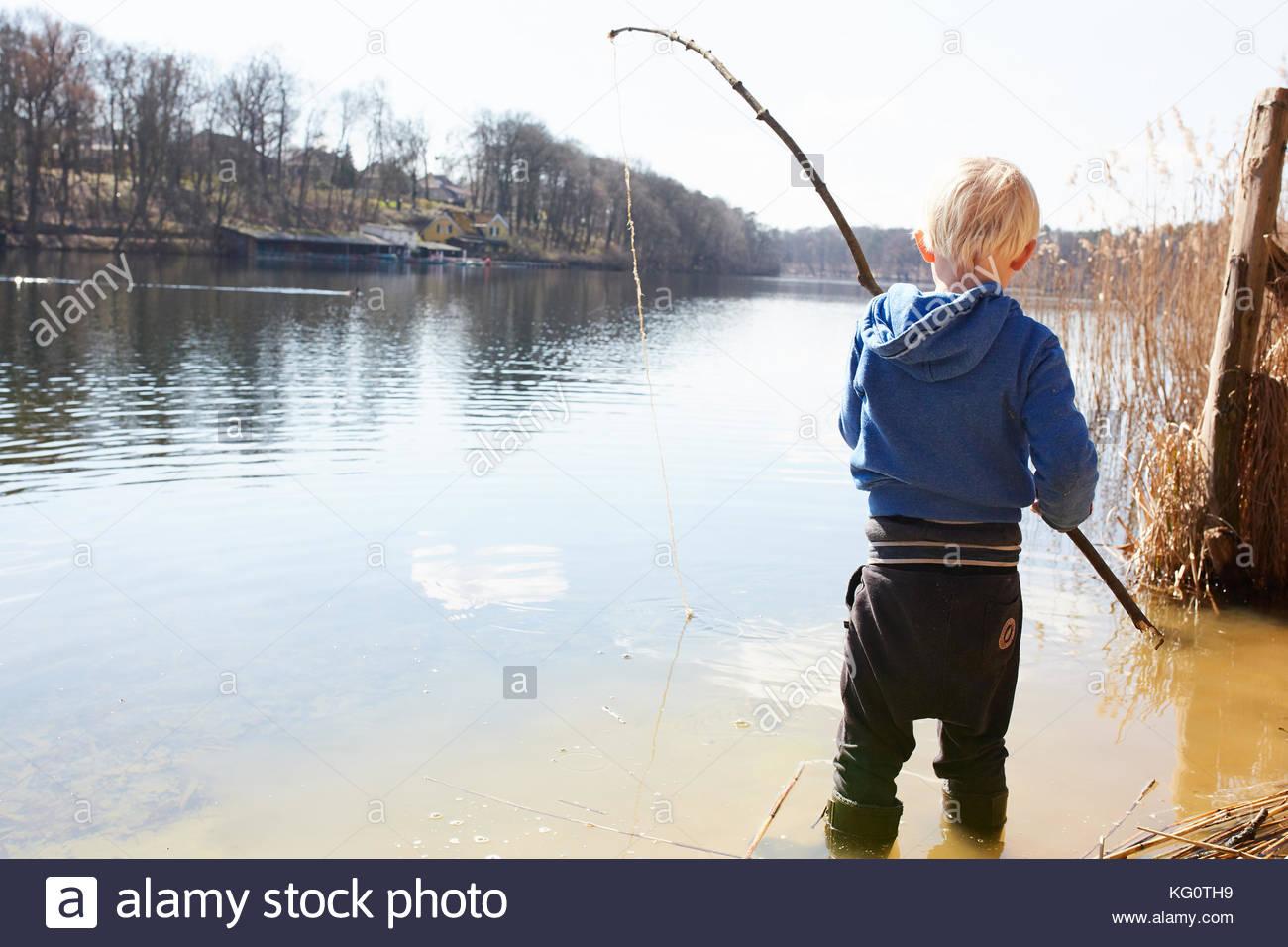 Kid spielen an einem See Stockbild