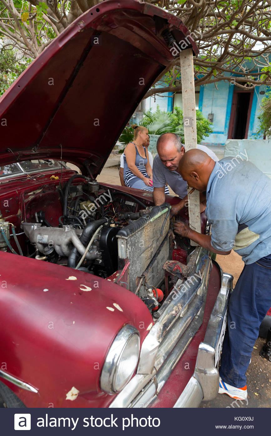 Autoreperatur in Vedado, Havanna, Kuba Stockbild